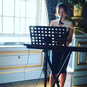 Lisa Lee Singing Pianist