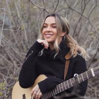 Alice Kübe Singing Guitarist